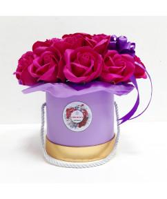Малиновые розы в сиреневом цилиндре
