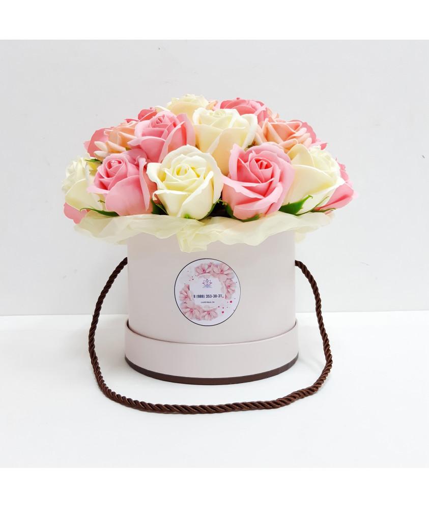 Микс роз в нежно-розовом цилиндре